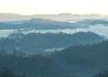 Svítání a ustupující mlha z údolí