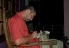 Kočka jako podložka při psaní Srílančana